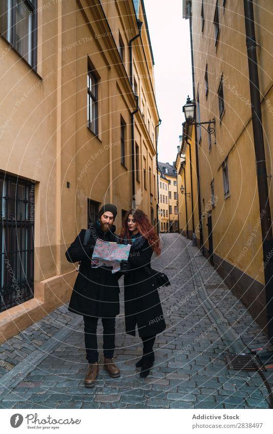 Paar mit Karte auf der Straße Glück Großstadt Mensch Landkarte Navigation Ferien & Urlaub & Reisen Tourismus Liebe Fröhlichkeit Partnerschaft heiter Jugendliche