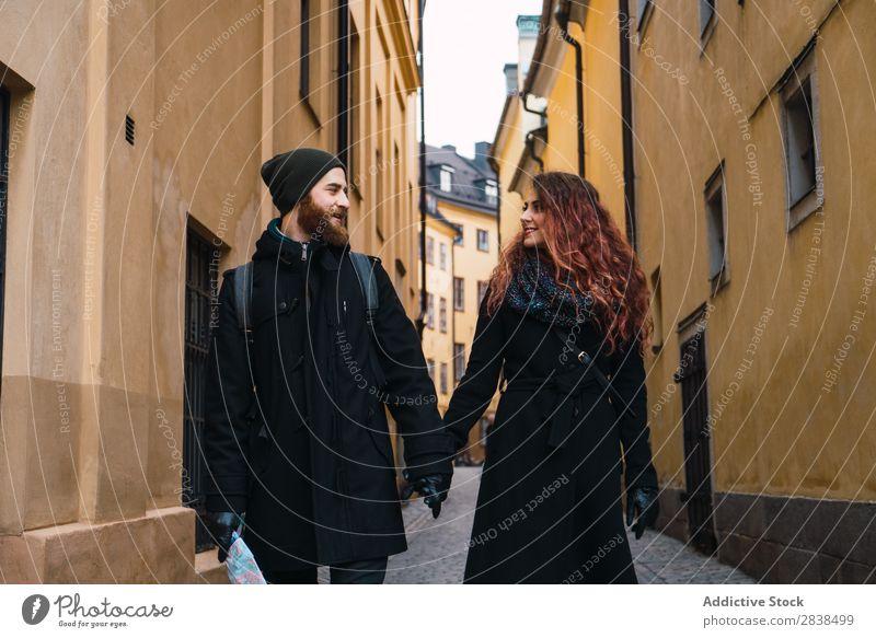 Paar beim Händchenhalten und Gehen Straße Glück Großstadt laufen Mensch Landkarte Navigation Ferien & Urlaub & Reisen Tourismus Liebe Fröhlichkeit Partnerschaft