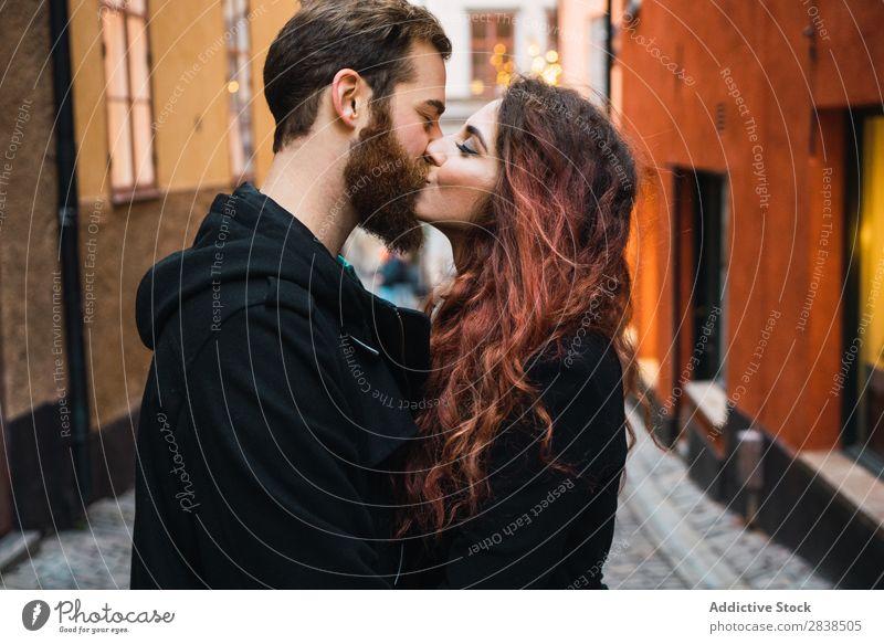 Ein Paar küsst sich auf der Straße. Glück Großstadt Mensch Ferien & Urlaub & Reisen Tourismus Liebe Fröhlichkeit Partnerschaft heiter Jugendliche Mann Frau