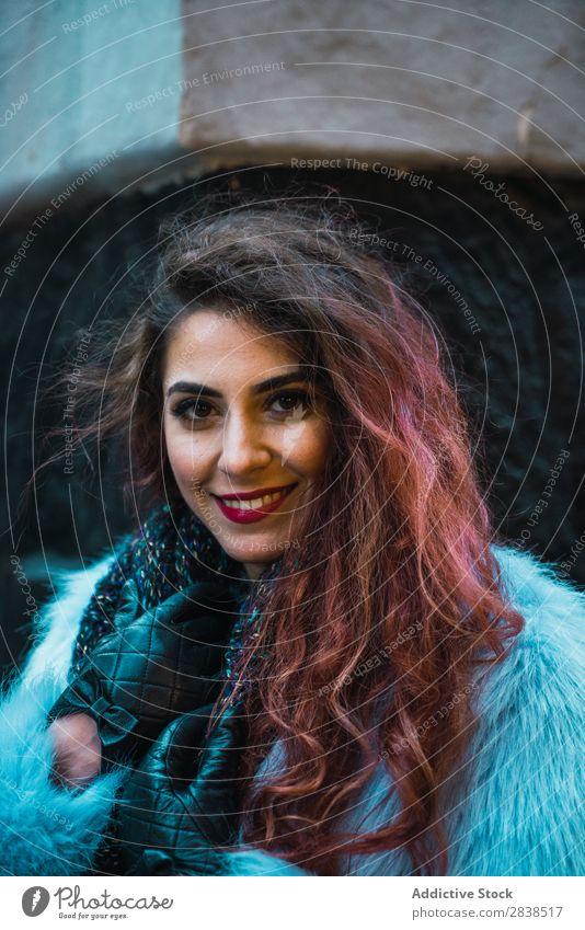 Hübsche Frau auf der Straße hübsch Ecke schön Jugendliche Mode Porträt Großstadt attraktiv Dame Beautyfotografie Stadt Stil Lifestyle Mensch trendy modisch
