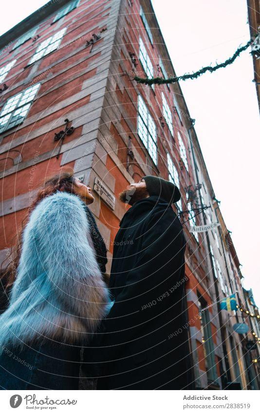 Paar, das auf der Straße posiert. Glück Großstadt Mensch Ferien & Urlaub & Reisen Tourismus Liebe