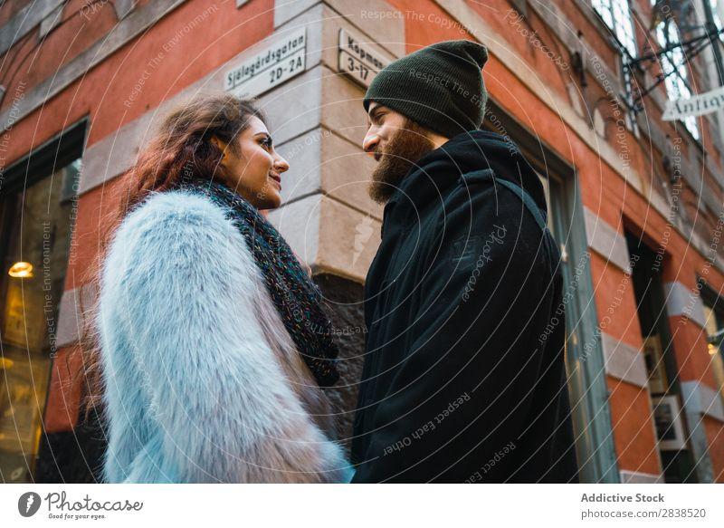 Paar, das auf der Straße posiert. Glück Großstadt Mensch Ferien & Urlaub & Reisen Tourismus Liebe Fröhlichkeit Partnerschaft heiter Jugendliche Mann Frau