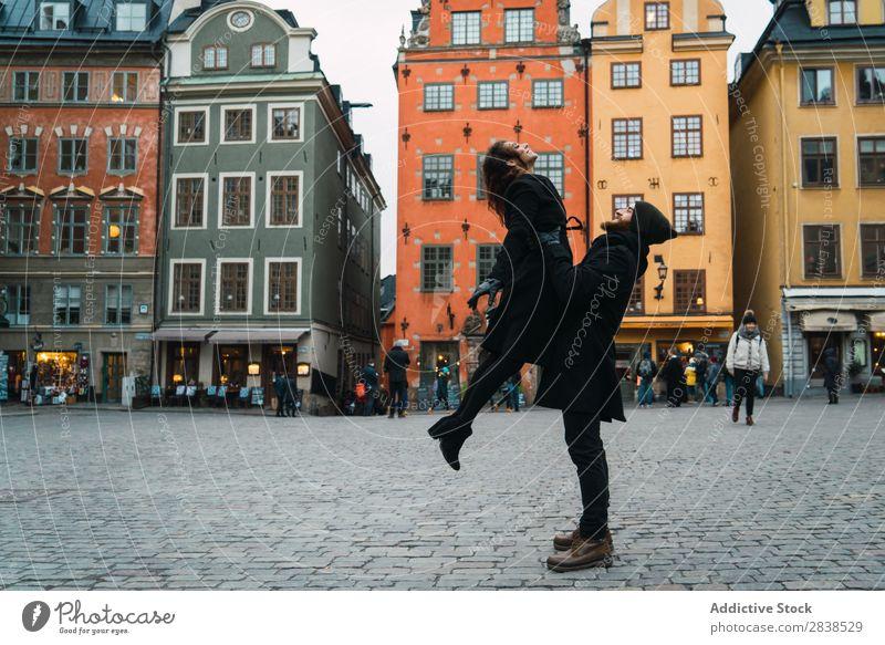 Mann, der mit seiner Freundin auf der Straße posiert. Paar Glück Großstadt tragen Mensch Ferien & Urlaub & Reisen Tourismus Liebe Fröhlichkeit Partnerschaft