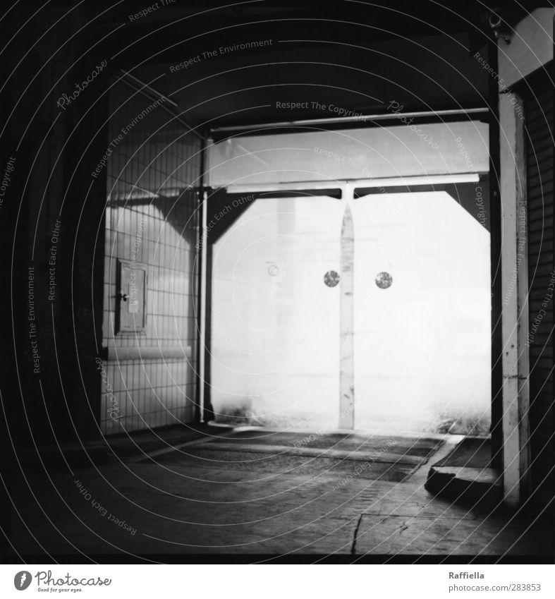 Markthalle VII Gebäude Mauer Wand Fassade Tür dunkel hell Ausgang Boden Asphalt Fliesen u. Kacheln Halle Lagerhalle Straße Wege & Pfade Schwarzweißfoto
