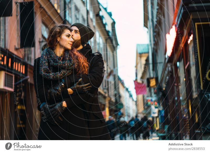 Paar steht auf der Straße Glück Großstadt Mensch Ferien & Urlaub & Reisen Tourismus Liebe Fröhlichkeit Partnerschaft heiter Jugendliche Mann Frau Romantik 2