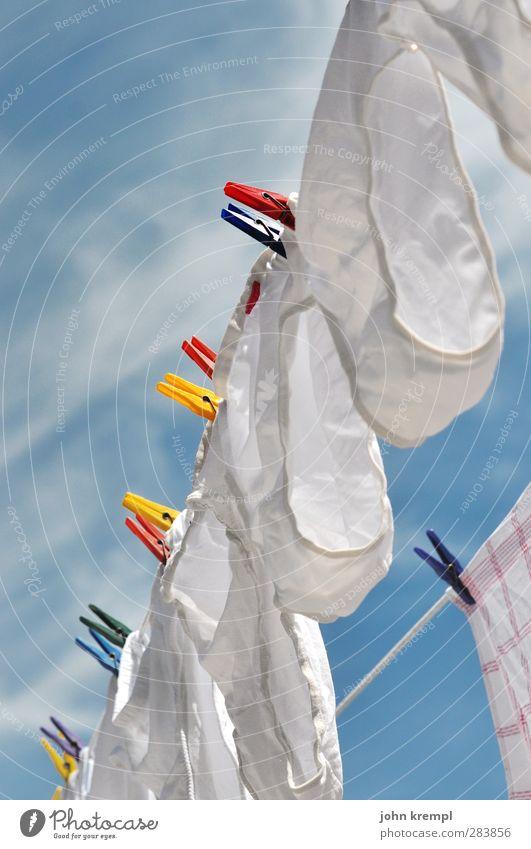 Stankos Uhos Bekleidung Unterwäsche Unterhose Wäscheklammern Wäscheleine hängen Duft lustig nass retro Sauberkeit trashig trocken weiß Lebensfreude Geborgenheit