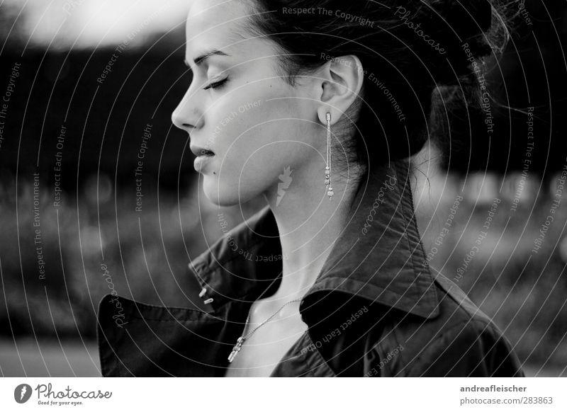 madame aus paris. feminin Junge Frau Jugendliche 1 Mensch 18-30 Jahre Erwachsene Stimmung Halbprofil Gefühle Geruch geschlossene Augen Ohrringe Mantel