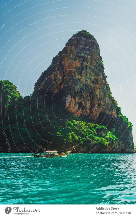 Boot, das am Küstenfelsen segelt. Wasserfahrzeug Gefäße Meer Felsen Küstenstreifen groß grün klein nautisch blau Verkehr Ferien & Urlaub & Reisen marin Strand
