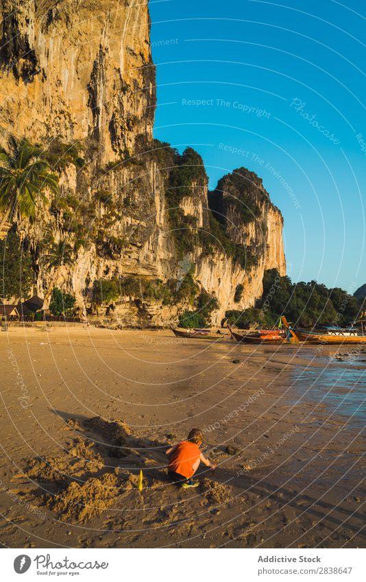 Kleiner Junge spielt mit Sand Spielen Strand Sommer Kind Meer Ferien & Urlaub & Reisen Glück Jugendliche Lifestyle Kindheit Freude Wasser Freizeit & Hobby Küste