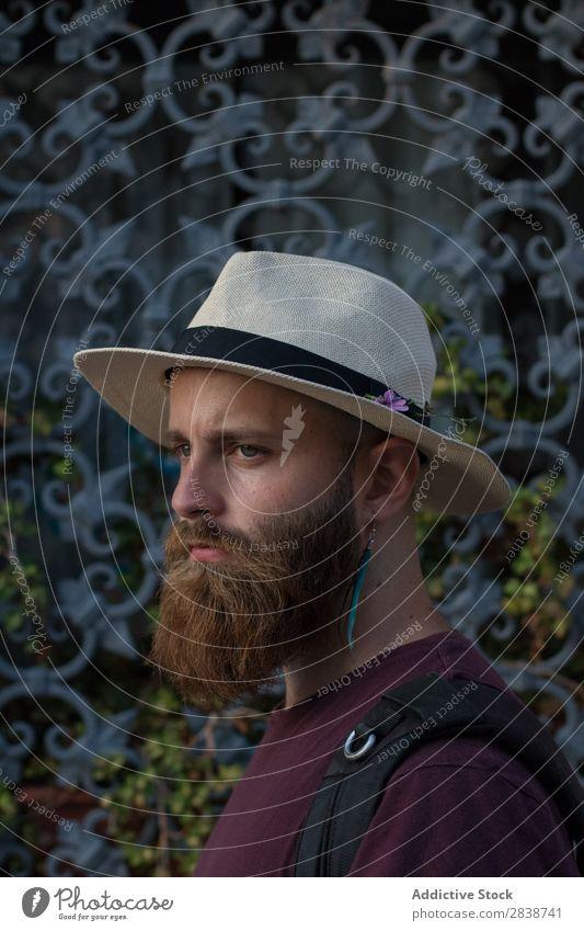 Porträt eines bärtigen Mannes mit Ohrring brutal Ohrringe Brutalität maskulin Lifestyle Dekor Reisender Model Jugendliche gutaussehend Vollbart Stil