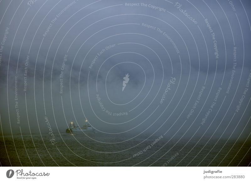 Island Umwelt Natur Landschaft Wasser Wolken Klima Wetter schlechtes Wetter Nebel Fjord Schifffahrt Bootsfahrt Fischerboot fahren außergewöhnlich bedrohlich