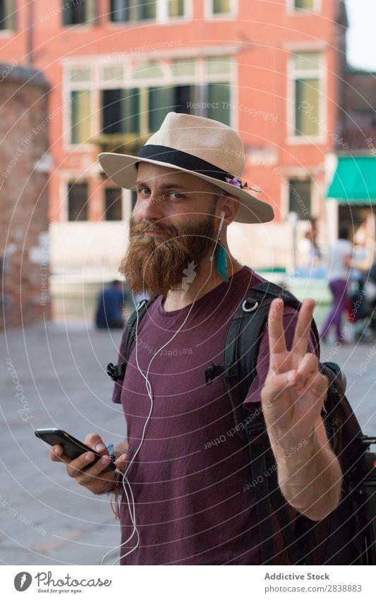 Reisender mit Kopfhörer und Telefon Mann Erholung Musik träumen Rucksack PDA Sommer Ferien & Urlaub & Reisen Abenteuer romantisch modern bärtig Ausflug
