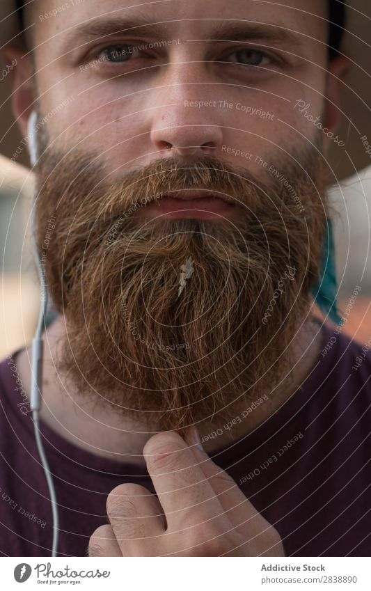 Getreide bärtiger Mann, der auf der Straße posiert. Stil Pflege Schickimicki Menschliches Gesicht brutal Porträt Vollbart gutaussehend Ausdruck Strohhut trendy