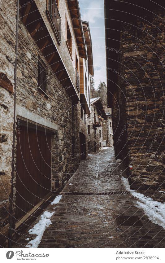 Gasse im Winterdorf Dorf Straße Schnee kalt Stadt Architektur Ferien & Urlaub & Reisen Gebäude Stein Haus Tradition Tourismus heimwärts historisch Außenseite