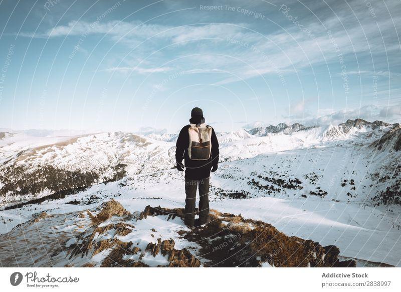 Tourist mit Rucksack in den Bergen Mensch Winter Hügel Berge u. Gebirge Schnee Landschaft Natur weiß Eis Jahreszeiten kalt Ferien & Urlaub & Reisen Weg Frost
