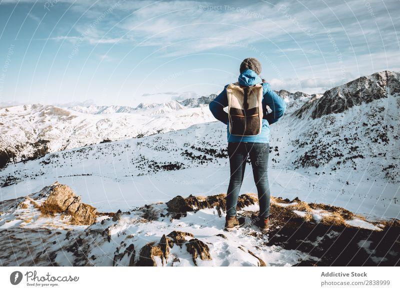 Tourist mit Rucksack in den Bergen Mensch Straße Winter Hügel Berge u. Gebirge Schnee Landschaft Natur weiß Eis Jahreszeiten kalt Ferien & Urlaub & Reisen Weg