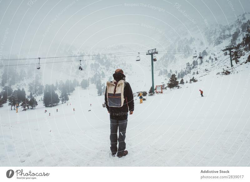 Mann, der auf einem schneebedeckten Berg posiert. Winter Hügel Berge u. Gebirge Schnee Landschaft Natur weiß Eis Jahreszeiten kalt Ferien & Urlaub & Reisen Weg