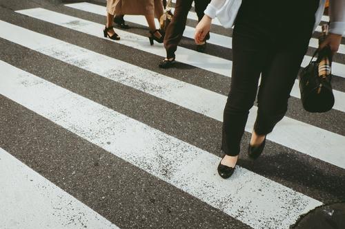 Ernten Sie Menschen, die die Straße überqueren. Zebrastreifen laufen Großstadt Stadt Fußgänger Verkehr Bewegung Menge Lifestyle Aktion Tag Bürgersteig Überfahrt