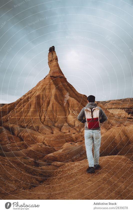 Mann, der in der Nähe eines großen sandigen Hügels posiert. Berge u. Gebirge Natur regenarm hoch Höhe Landschaft Ferien & Urlaub & Reisen