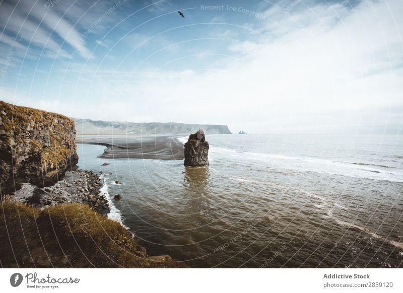 Küstenlinie des Ozeans mit Felsen Meer Aussicht Umwelt atemberaubend Islandia natürlich Landschaft Meereslandschaft Seeküste Idylle Klippe Norden Natur