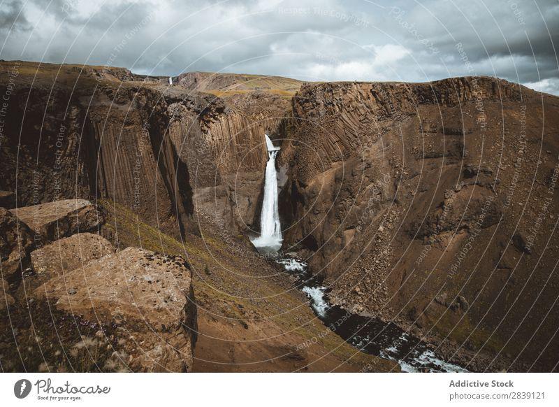 Wasserfall im felsigen Canyon Landschaft Felsen Islandia Schlucht fließen Wildnis Kaskade fallend Natur frisch Beautyfotografie Umwelt Tourismus
