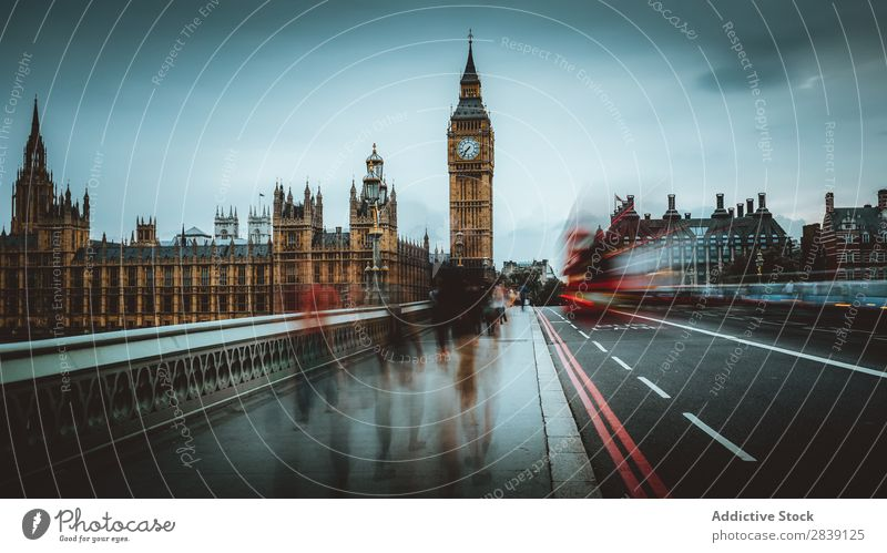 Berühmter Uhrturm in der Stadt Architektur Turm Berühmte Bauten Gebäude London Attraktion Wahrzeichen Londres Großstadt Denkmal national Tourismus historisch