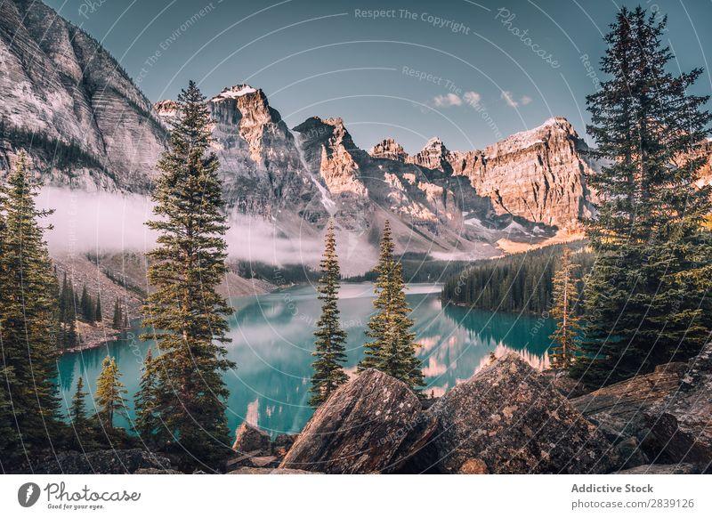 Gletschersee in verschneiten Bergen Panorama (Bildformat) See Berge u. Gebirge Moräne Kanada Landschaft Natur