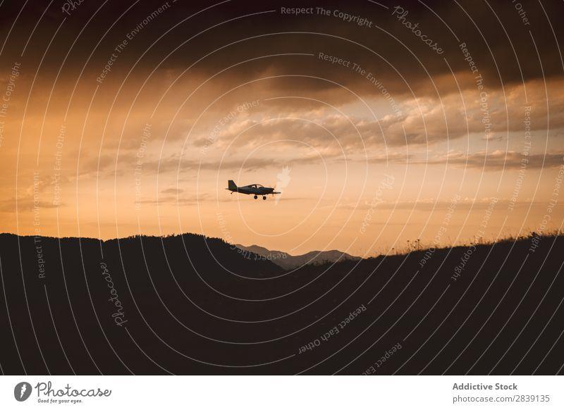 Kleinflugzeug fliegt im Sonnenuntergang Flugzeug Silhouette fliegen Sonnenlicht Verkehr Etage Fluggerät Luftverkehr Hintergrundbild Ferien & Urlaub & Reisen