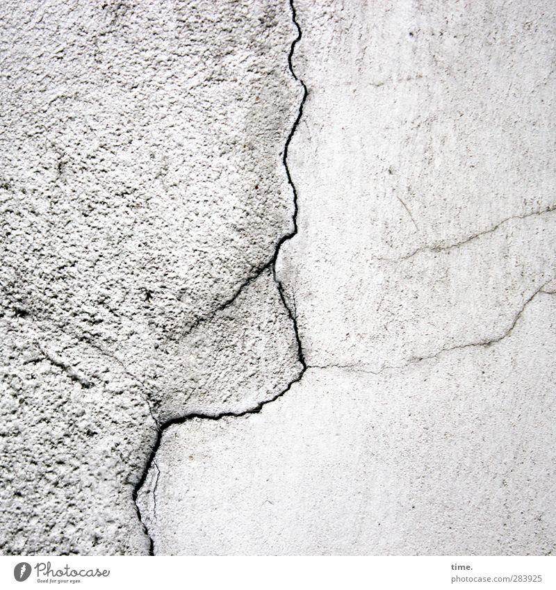 Alter Mann, in die Ferne schauend Mauer Wand Fuge Riss Stein Beton alt einzigartig kaputt Stadt grau Genauigkeit Misserfolg Missgeschick rebellieren stagnierend