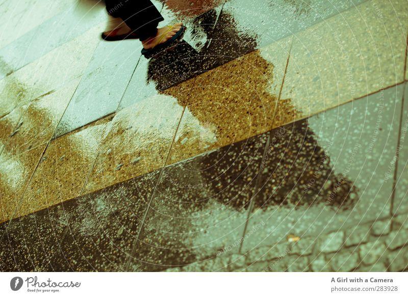 Sommer in Berlin Körper 2 Mensch Schuhe nass Bürgersteig Flipflops Fliesen u. Kacheln Gedeckte Farben Außenaufnahme Detailaufnahme Textfreiraum links