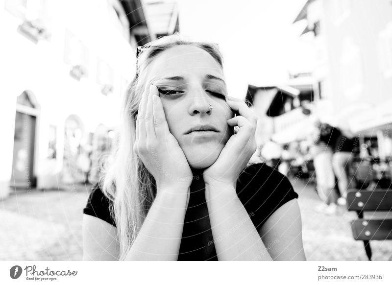 geschafft! Mensch Jugendliche Stadt schön Sommer ruhig Erholung Erwachsene Junge Frau Stil 18-30 Jahre blond schlafen T-Shirt berühren Müdigkeit