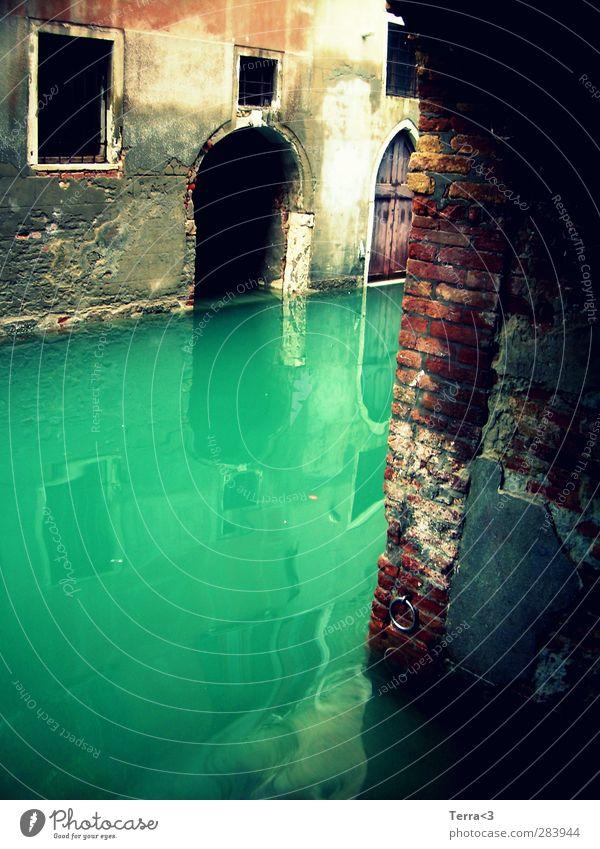 misterioso. Umwelt Wasser Fluss Kanal Lagune trist blau türkis Venedig Canal Grande verfallen Verfall Mauer Reflexion & Spiegelung Tor Gebäude gruselig