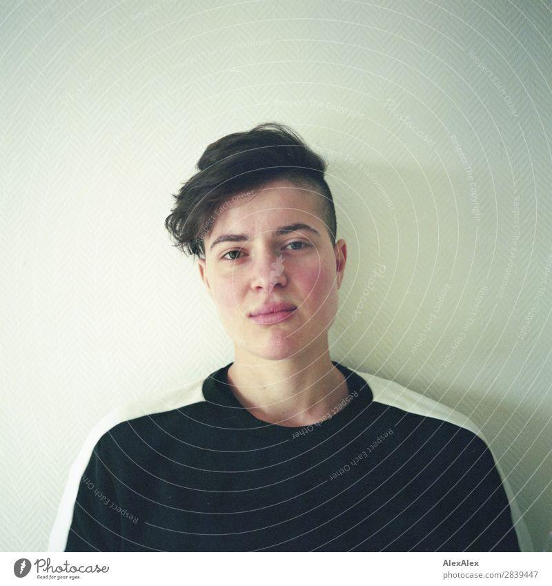 Portrait einer jungen Frau schön Raum Junge Frau Jugendliche 18-30 Jahre Erwachsene Pullover brünett kurzhaarig Blick ästhetisch sportlich authentisch