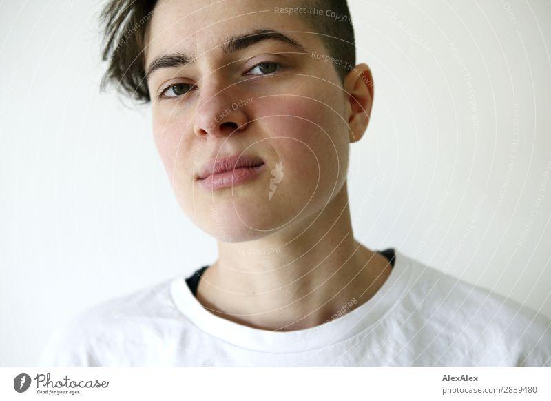 Portrait einer jungen Frau Stil schön Leben Raum Junge Frau Jugendliche 18-30 Jahre Erwachsene T-Shirt brünett kurzhaarig Blick ästhetisch authentisch