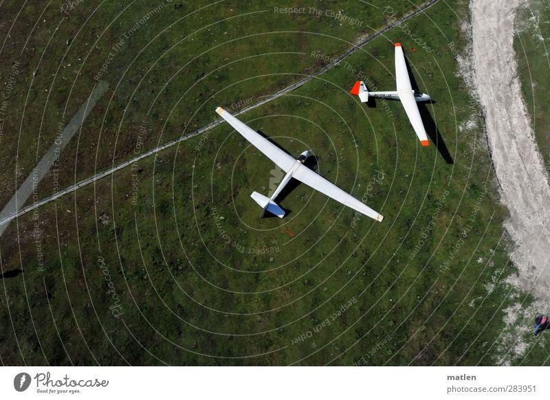 Bauchlandung grün weiß rot Landschaft Wiese Berge u. Gebirge Sport Gras Wege & Pfade fliegen Luftverkehr Ausflug Flugzeug Verkehrswege Verkehrsmittel