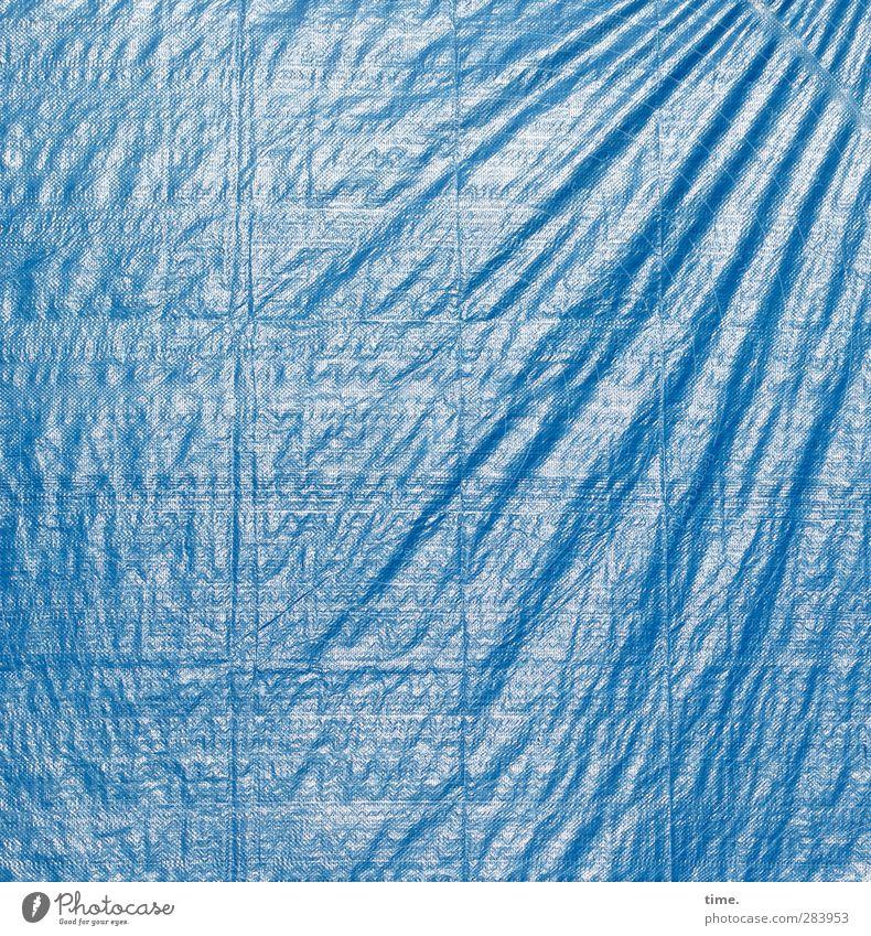 one size doesn't fit all | gefangen in plastik Abdeckung Falte Faltenwurf Kunststoff blau Stress Erwartung Perspektive rebellieren Irritation