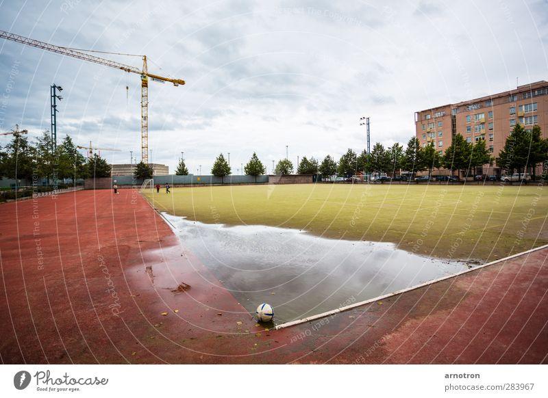Eckball Mensch Kind Himmel blau grün Stadt Baum rot Wolken kalt Herbst Spielen Gras Sand Linie braun