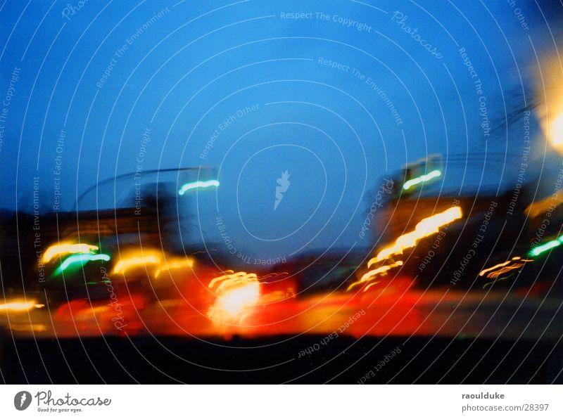 Los geht`s Ampel Rücklicht Langzeitbelichtung Nacht Verkehr PKW Abend