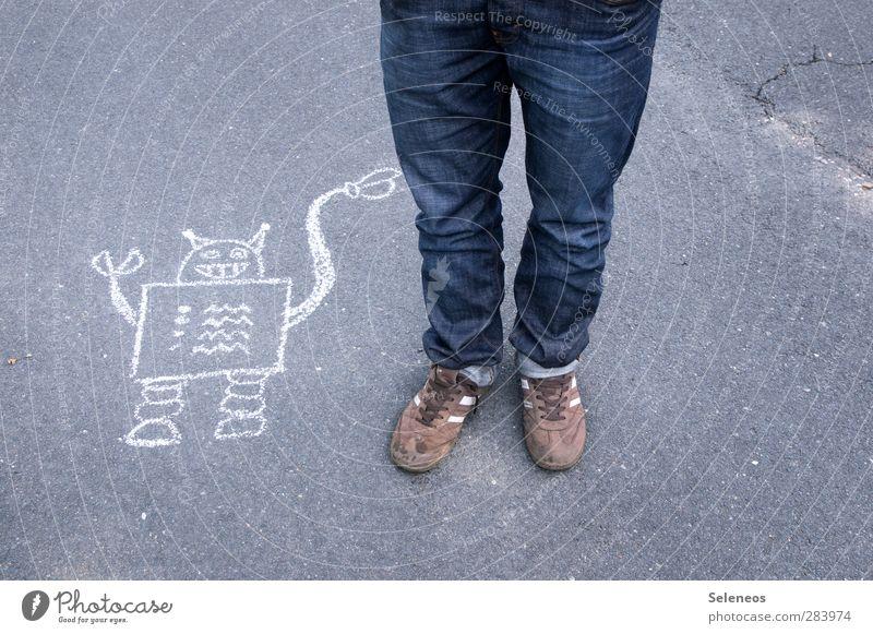 willst du mein Freund sein? Mensch Straße klein Beine Fuß Freundschaft Schuhe Beton Technik & Technologie Freundlichkeit festhalten Jeanshose Kreide eckig Turnschuh Roboter
