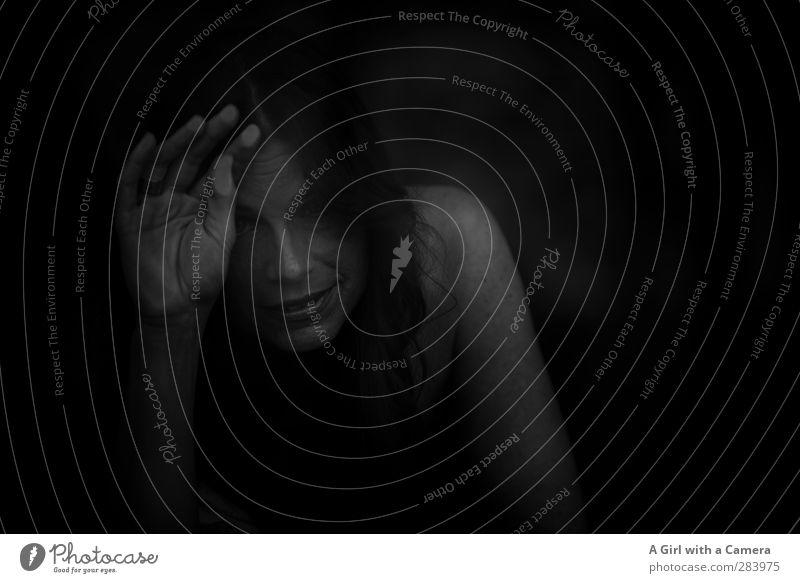 the darkness Mensch Frau schön Hand Einsamkeit Erwachsene Gesicht dunkel feminin Leben Arme warten dünn gefangen 30-45 Jahre