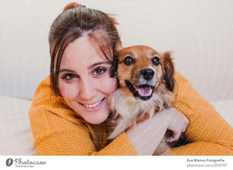 junge Frau und ihr süßer Hund im Bett Lifestyle Freude Glück schön Erholung Schlafzimmer Erwachsene Familie & Verwandtschaft Freundschaft Tier Haustier Küssen