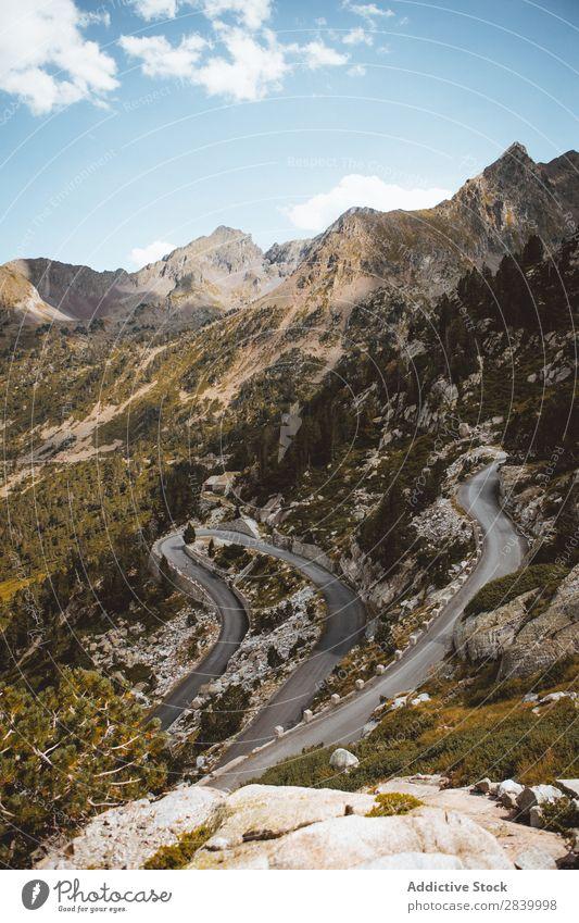 Blick auf die Serpentine am Berghang Berge u. Gebirge Fahrbahn kurvenreich Landschaft ländlich Düne Wege & Pfade Verkehr Ferien & Urlaub & Reisen extrem