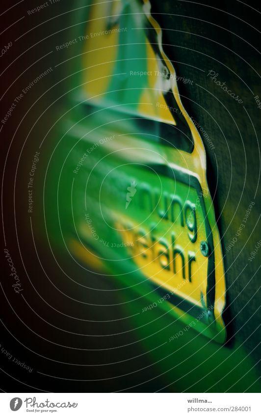 gefahr im verzug grün Farbe gelb Schriftzeichen gefährlich Hinweisschild Zeichen Risiko Warnhinweis Vorsicht Text Warnung Warnschild wellig beschmiert Vorsicht Hochspannung