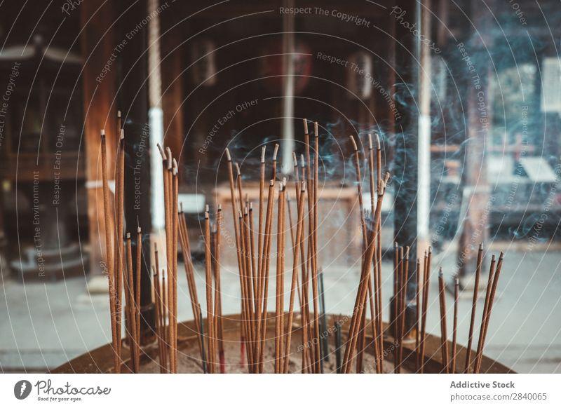 Sticks formt sich in der Schläfe. Stock Tempel brennend Asien Rauch asiatisch vermodern Religion & Glaube Kultur Buddhismus Tradition Orientalisch Licht beten