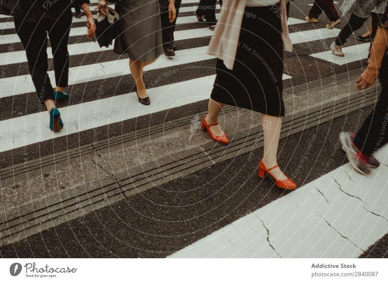 Nicht erkennbare Personen, die die Straße überqueren. Mensch Zebrastreifen Großstadt laufen Überfahrt Stadt Fußgänger Bewegung Verkehr Aktion Menge Lifestyle