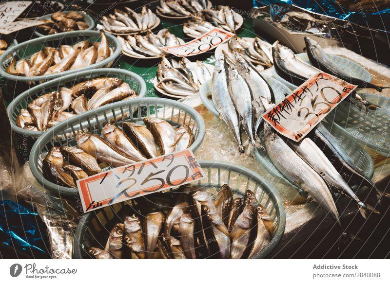 Verschiedene Fische auf der Theke Markt asiatisch Lebensmittel frisch roh Supermarkt Lager silber Ernährung Feinschmecker Einzelhandel Mahlzeit Meer Marktplatz