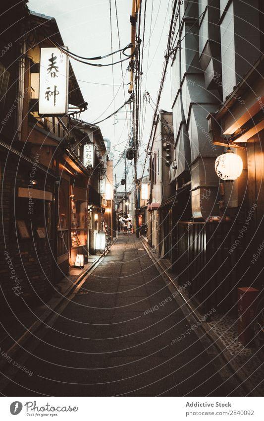 Kleine Häuser in einer asiatischen Stadt Haus Tradition klein heimwärts alt Asien Japaner Architektur altehrwürdig Holz elegant Haushaltsführung Außenseite
