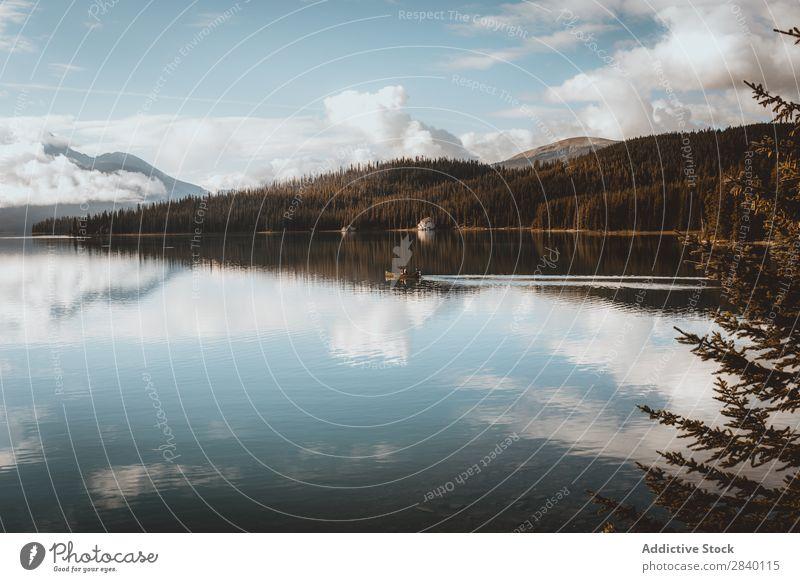 Kleines Boot auf dem See Hügel Gefäße Wasserfahrzeug Wald Natur grün Aussicht Berge u. Gebirge Klippe Felsen Pflanze schön natürlich Jahreszeiten frisch Umwelt