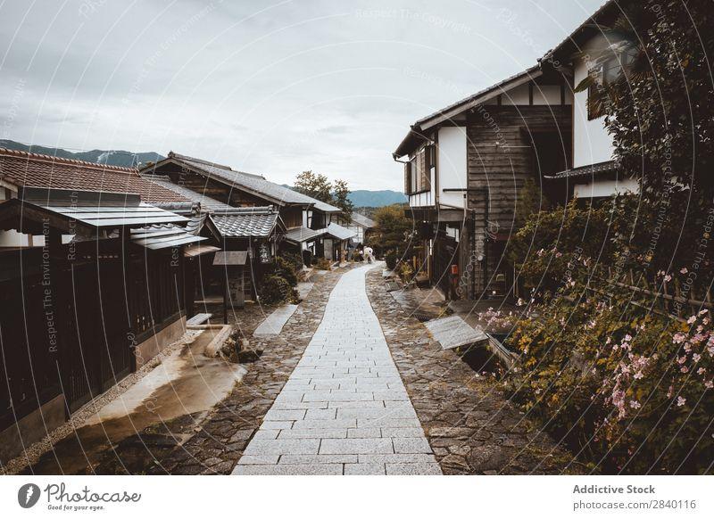 Straße zwischen den Dorfhäusern Haus Holz Tradition Wege & Pfade heimwärts alt Asien Architektur Holzhaus altehrwürdig Perspektive elegant Haushaltsführung