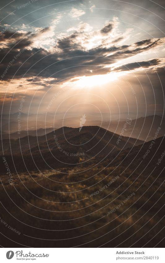 Montage bei Sonnenuntergang Berge u. Gebirge Abend Natur Aussicht Hügel Klippe Felsen Pflanze schön natürlich Jahreszeiten frisch Umwelt mehrfarbig Licht